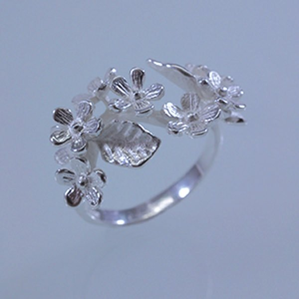 Ring mit Blütenranke